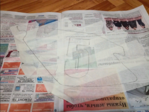снимаем скотч и клеим на газету
